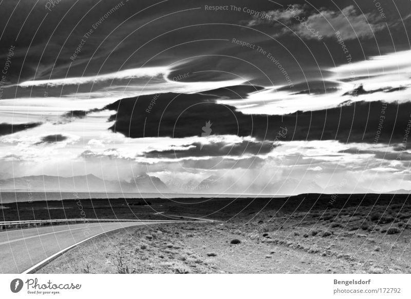 Road trippin Sommer Ferne Freiheit Schwarzweißfoto Autobahn Natur Unwetter Urelemente Textfreiraum Steppe dramatisch erhaben Straßenrand karg Gewitterwolken