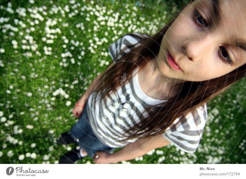 Von Kopf bis Fuß schön Mädchen Gesicht Kopf Gras Haare & Frisuren Denken träumen Mund warten Nase Perspektive Coolness T-Shirt Körperhaltung