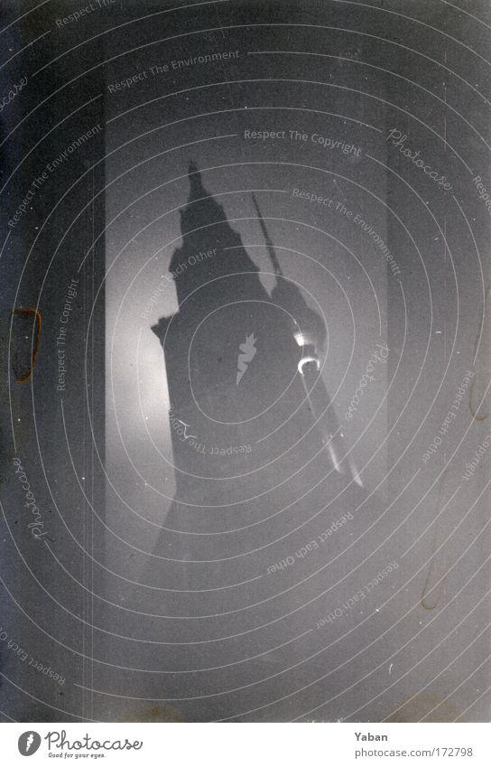 Tradition und Fortschritt Schwarzweißfoto Außenaufnahme Nacht Schatten Kontrast Silhouette Reflexion & Spiegelung Blick nach oben Zukunft Telekommunikation