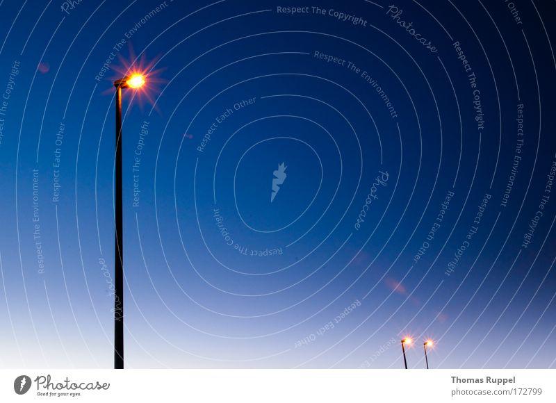 | `` Farbfoto Außenaufnahme Menschenleer Textfreiraum rechts Textfreiraum oben Textfreiraum Mitte Abend Dämmerung Kunstlicht Energiewirtschaft