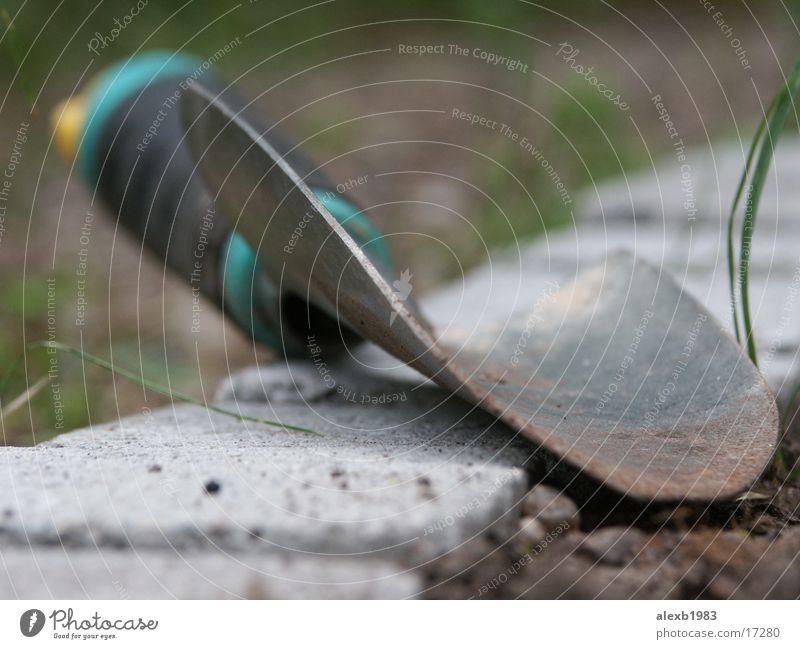 Gartenarbeit Schaufel Kinderschippe Makroaufnahme Nahaufnahme Bodenbelag Erde Natur