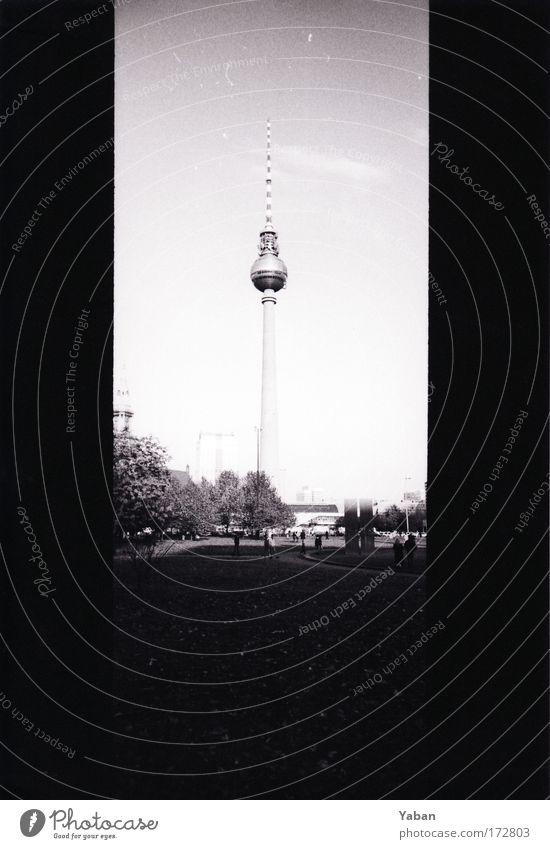 Berliner Fernsehturm hoch groß Platz Wahrzeichen Stadtzentrum Hauptstadt Sehenswürdigkeit gigantisch Schwarzweißfoto