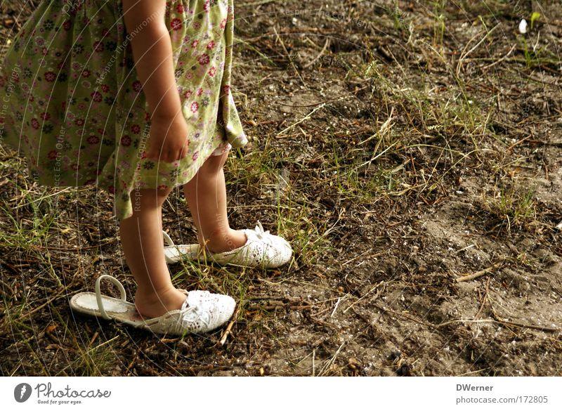 ... da wachs ich noch rein! II Mensch Kind grün Mädchen Freude gelb feminin Bewegung Gras Beine träumen Fuß Schuhe Tanzen gehen elegant