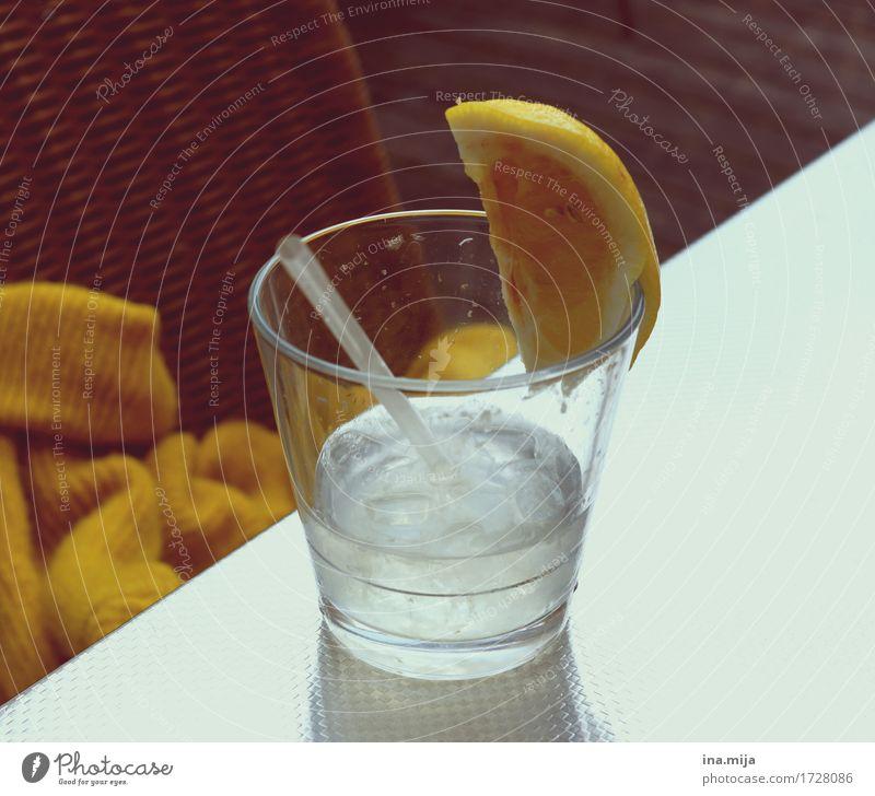 Erfrischung Sommer Wasser weiß kalt gelb Gesundheit Lebensmittel braun Glas Trinkwasser Getränk trinken Frühstück Restaurant Sommerurlaub Flüssigkeit