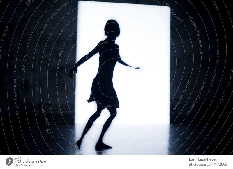 tanz ins licht Schwarzweißfoto Innenaufnahme Textfreiraum links Textfreiraum rechts Kunstlicht Licht Kontrast Silhouette Gegenlicht Zentralperspektive
