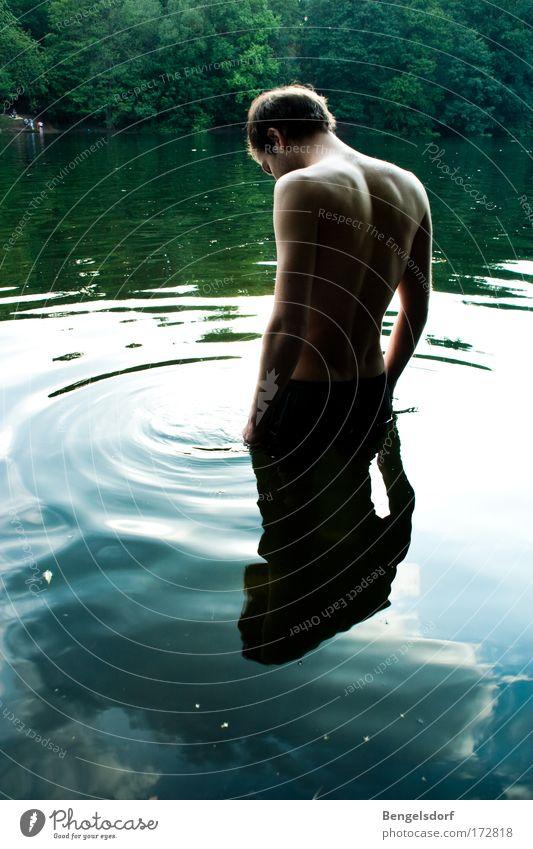 Am Grund ein Fisch Mensch Natur Wasser Pflanze Ferien & Urlaub & Reisen Wolken ruhig Freiheit Traurigkeit See Zufriedenheit Freizeit & Hobby Rücken Ausflug