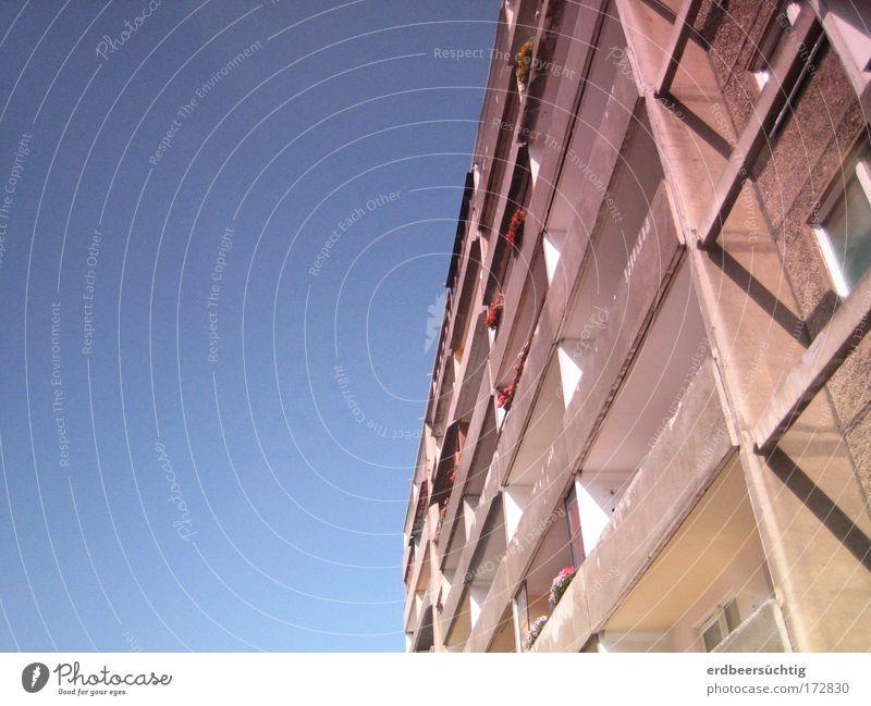 Olle Platte Farbfoto Wohnung Himmel Stadt Traumhaus Hochhaus Gebäude Balkon Beton alt hoch trist blau grau Plattenbau Reihenhaus Ödland eng DDR Rotstich