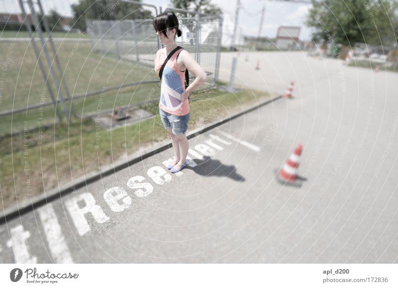 Reserviert Mensch Jugendliche rot Erwachsene feminin Straße grau hell Verkehr ästhetisch stehen Coolness heiß 18-30 Jahre Autofahren