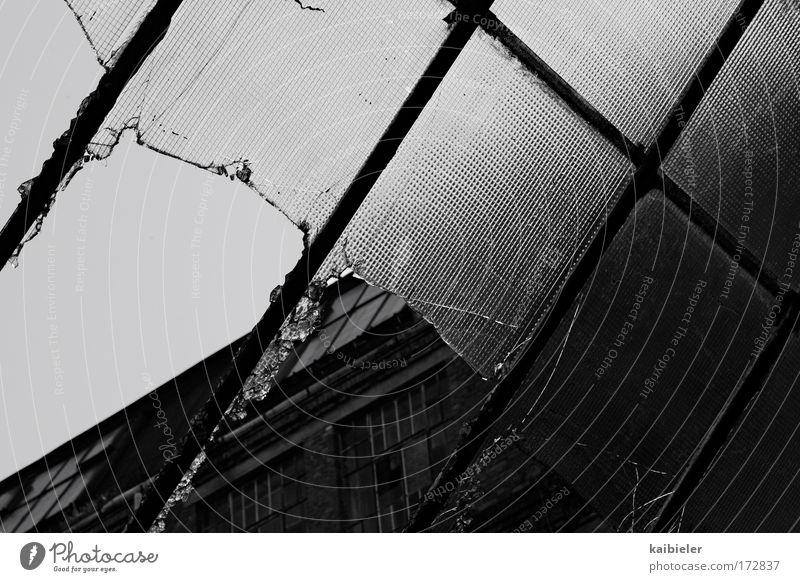 Durchblick II alt weiß schwarz dunkel Fenster Fassade Fabrik kaputt Vergänglichkeit Verfall Vergangenheit historisch Fensterscheibe Tradition Industrieanlage