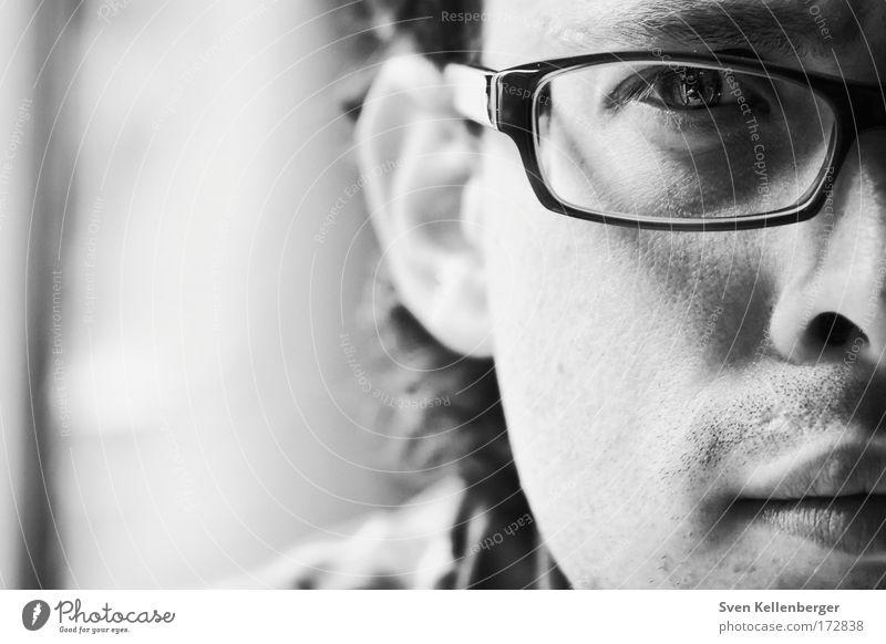 Lukas Schwarzweißfoto Innenaufnahme Textfreiraum links Abend Kunstlicht Schwache Tiefenschärfe Porträt Blick Blick in die Kamera Mensch maskulin Junger Mann