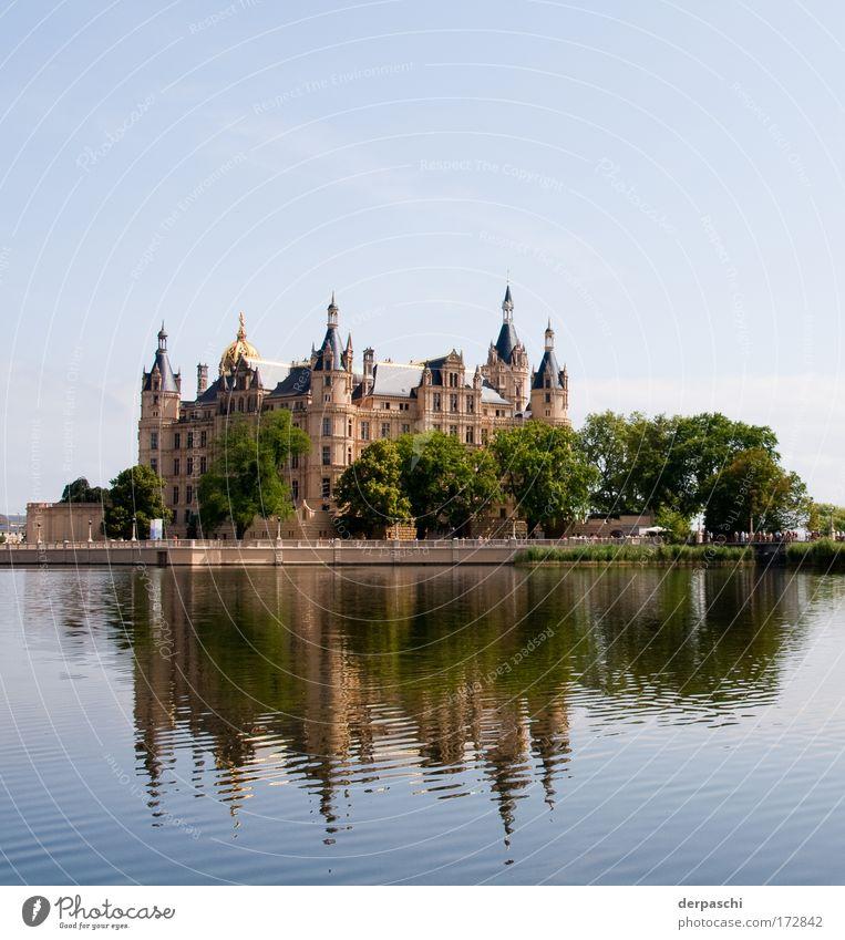 reflected castle Farbfoto Außenaufnahme Menschenleer Textfreiraum oben Tag Reflexion & Spiegelung Starke Tiefenschärfe Zentralperspektive
