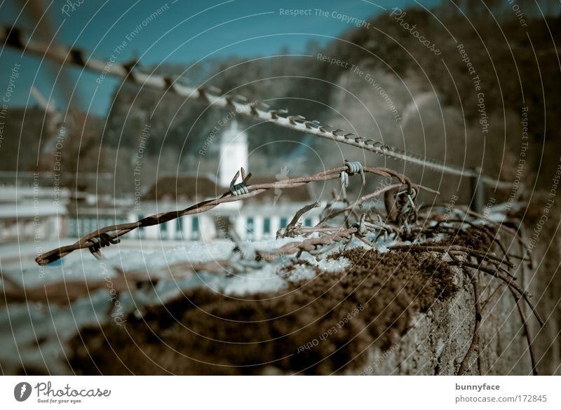 Hinter der Mauer blau Einsamkeit Wand grau Traurigkeit Metall Angst Beton geschlossen gefährlich Schwimmbad beobachten Verzweiflung Kontrolle Krieg