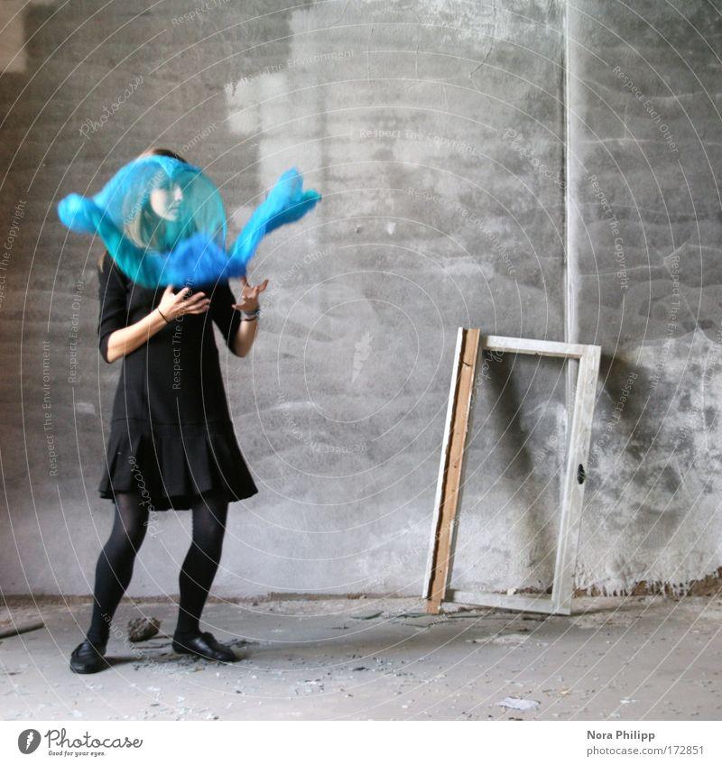Flieg! Mensch Jugendliche blau Erwachsene feminin Bewegung träumen Tanzen ästhetisch Kleid Fabrik 18-30 Jahre Junge Frau Stoff Tuch ernst