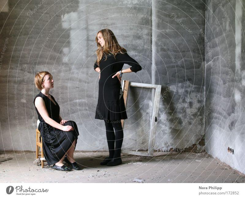 Immer wieder! Frau Mensch Jugendliche schön schwarz Erwachsene feminin sprechen Mode Paar Freundschaft sitzen Familie & Verwandtschaft Kleid Fabrik 18-30 Jahre