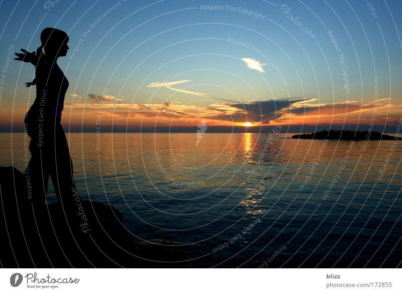 Silhouetta Mensch Jugendliche Sonne Meer Sommer ruhig feminin Zufriedenheit Stimmung Kraft Erwachsene frei Sonnenuntergang Energiewirtschaft Unendlichkeit