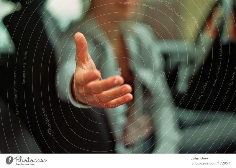 Helping Händ Junge Frau Jugendliche Hand Finger 1 Mensch Fahrzeug PKW Kommunizieren Freundlichkeit positiv Vertrauen Sicherheit loyal Freundschaft