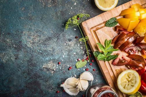 Gesunde vegetarische Küche mit gehacktes Gemüse Gesunde Ernährung Foodfotografie Leben Gesundheit Stil Lebensmittel Design Häusliches Leben Tisch