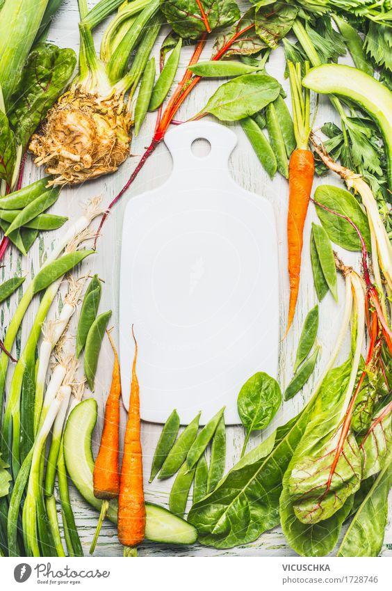 Leeres Schneidebrett und verschiedenes grünes Bio- Gemüse Lebensmittel Salat Salatbeilage Kräuter & Gewürze Ernährung Bioprodukte Vegetarische Ernährung Diät
