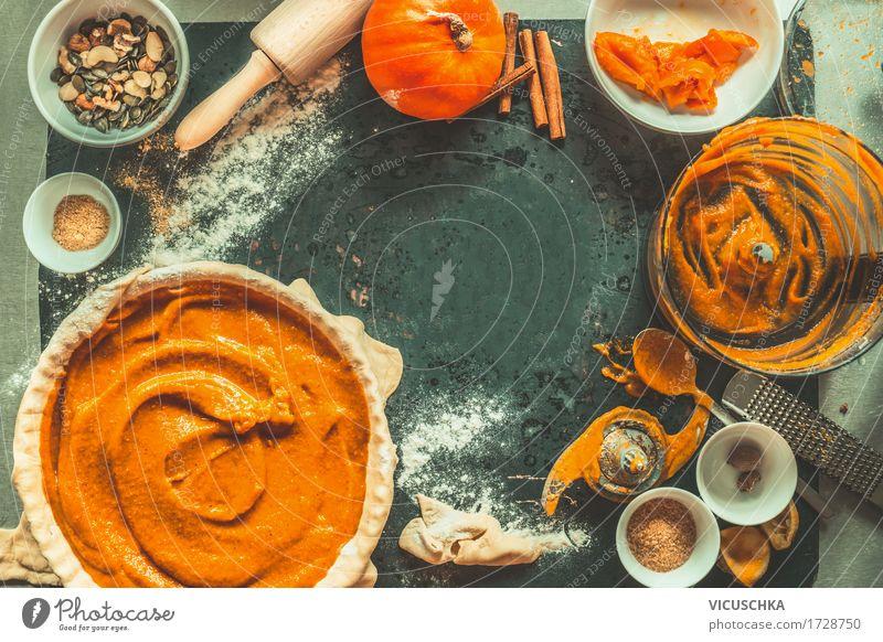 Kürbis Kuchen Zubereitung mit Zutaten und Küchengeräte Gesunde Ernährung gelb Stil Lebensmittel Feste & Feiern Party Design Wohnung Häusliches Leben Tisch