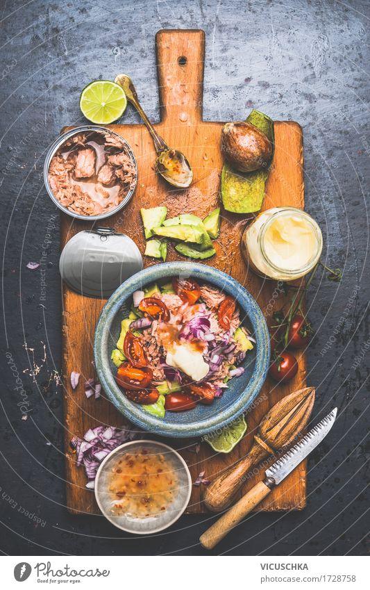 Gesunder Thunfisch Salat und Zutaten Lebensmittel Fisch Gemüse Salatbeilage Kräuter & Gewürze Öl Ernährung Mittagessen Abendessen Büffet Brunch Festessen