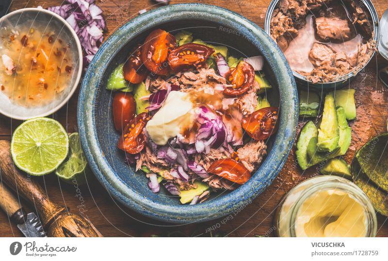 Thunfisch Salat mit Thunfisch in Dose und Zutaten Lebensmittel Fisch Gemüse Salatbeilage Kräuter & Gewürze Ernährung Mittagessen Festessen Bioprodukte