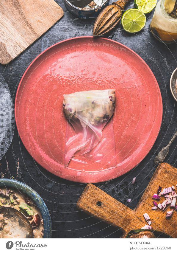 Reispapier Sommerrollen mit Thunfisch Salat machen Sommer Gesunde Ernährung Leben Stil Lebensmittel Party Design Ernährung Tisch Fisch Küche Gemüse Bioprodukte Geschirr Teller Schalen & Schüsseln