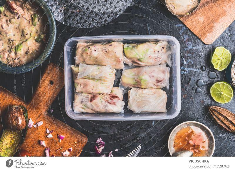 Gesunde Lunchbox mit Sommerrollen mit Thunfisch Lebensmittel Fisch Gemüse Salat Salatbeilage Ernährung Mittagessen Festessen Picknick Bioprodukte