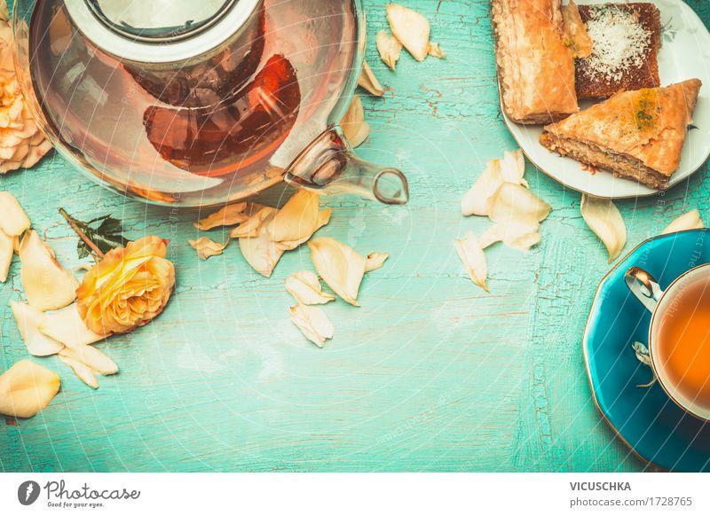 Teekanne und Tasse Tee mit Kuchen und Rosen Lebensmittel Dessert Getränk Heißgetränk Lifestyle elegant Stil Design Häusliches Leben Innenarchitektur Tisch Blume