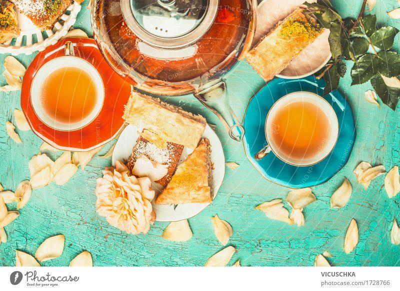 Tee Brunch mit bunten Teetassen, Teekanne und Kuchen Dessert Getränk Heißgetränk Geschirr Teller Tasse Lifestyle Stil Freude Häusliches Leben