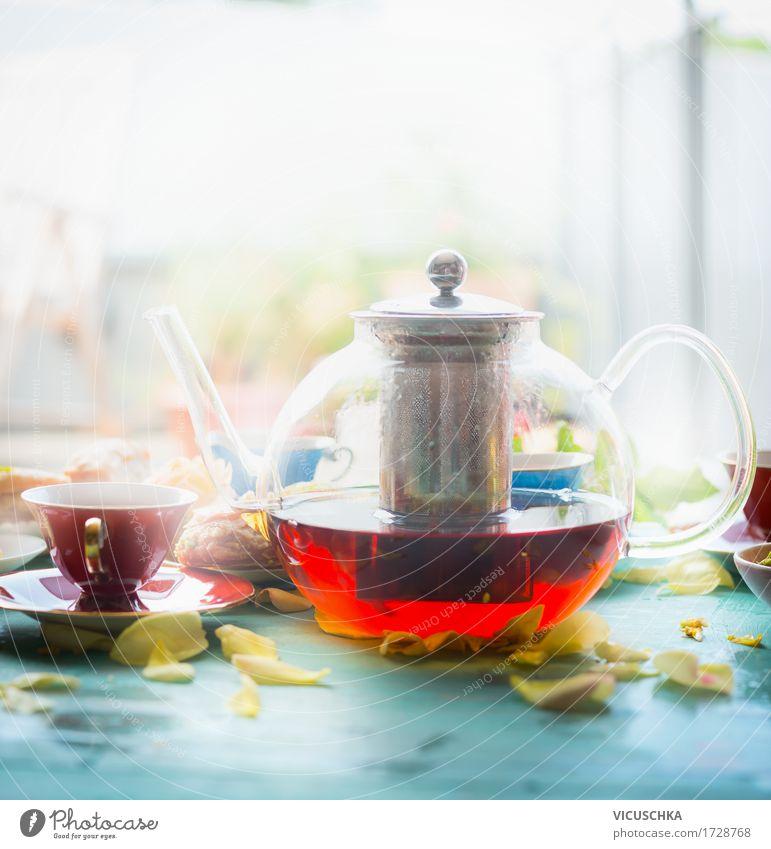Frühstück Szene mit Kanne Tee und Tasse Gesunde Ernährung Fenster Lifestyle Stil Lebensmittel Design Wohnung Häusliches Leben Glas Tisch Getränk Bioprodukte