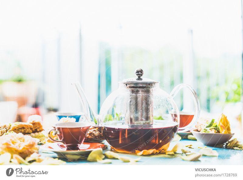 Tee trinken auf dem Tisch am Fenster Kuchen Dessert Süßwaren Büffet Brunch Getränk Heißgetränk Geschirr Tasse Glas Lifestyle Stil Design Häusliches Leben