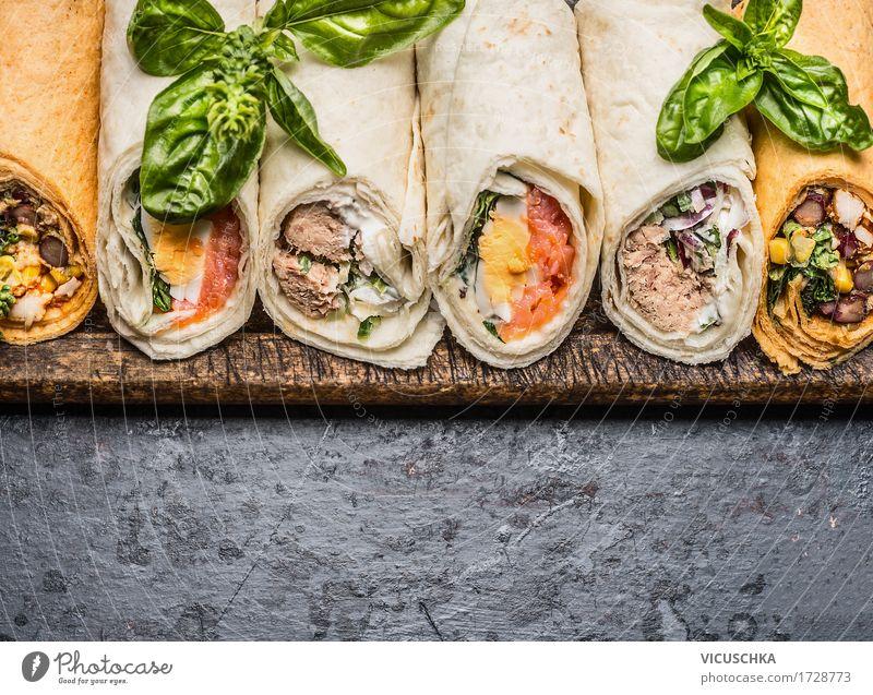 Leckere Tortilla Wraps auf dunklem Hintergrund Gesunde Ernährung Leben Foodfotografie Essen Stil Lebensmittel Party Design Tisch Fisch Gemüse Bioprodukte