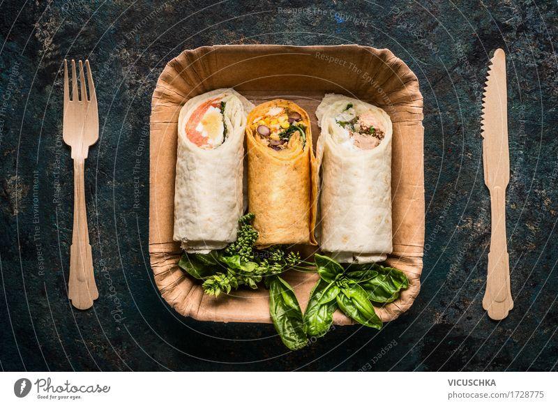 Vegetarische Tortilla Wraps in Pappteller und Holzbesteck Gesunde Ernährung Leben Stil Lebensmittel Design Tisch Kräuter & Gewürze Fisch Gemüse Bioprodukte