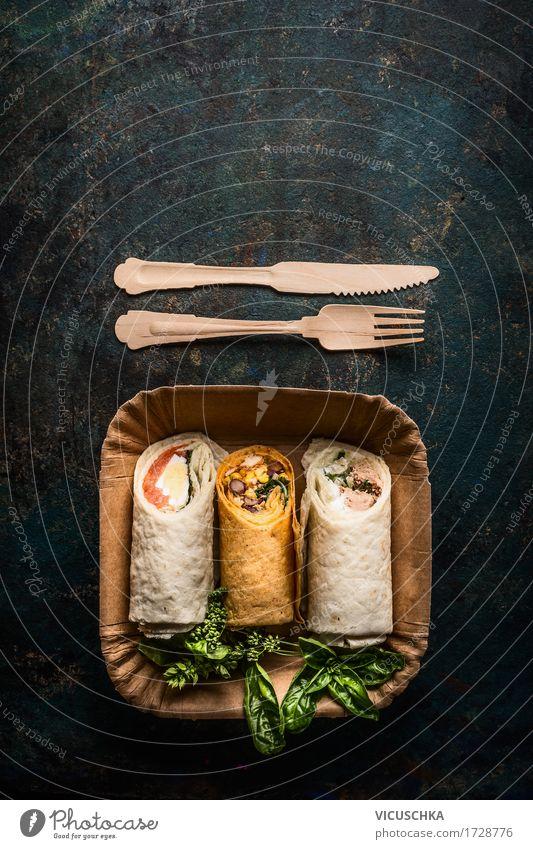 Vegetarische Wraps in Pappteller mit Holzbesteck Lebensmittel Fisch Gemüse Salat Salatbeilage Ernährung Mittagessen Picknick Bioprodukte Vegetarische Ernährung