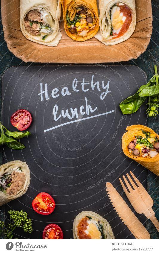 Gesundes Lunch mit vegetarischen Wraps Lebensmittel Fisch Gemüse Brot Ernährung Mittagessen Festessen Bioprodukte Vegetarische Ernährung Diät Besteck Messer