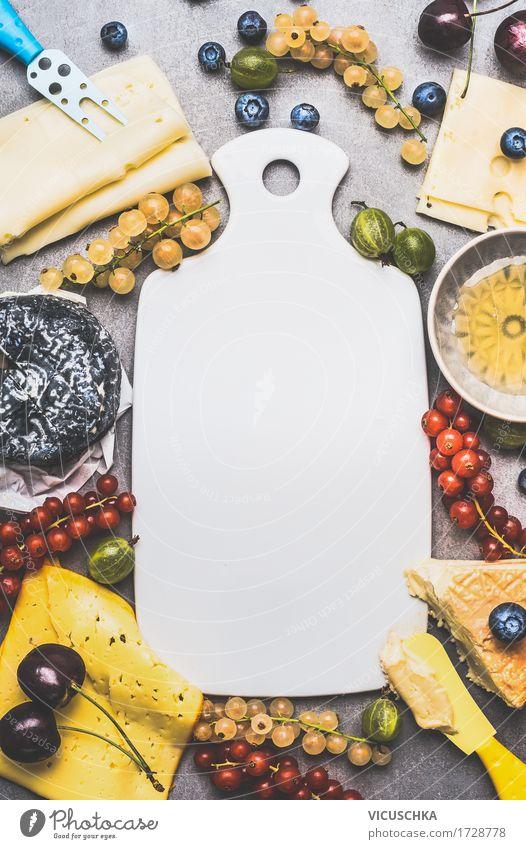 Leeres Schneidebrett und Vielfalt an Käse mit Beeren Lebensmittel Frucht Dessert Ernährung Frühstück Bioprodukte Vegetarische Ernährung Geschirr
