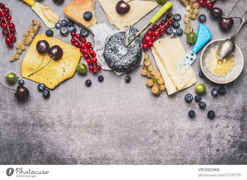 Köstliche Käseplatte mit Beeren und Honig Lebensmittel Milcherzeugnisse Frucht Dessert Süßwaren Ernährung Frühstück Büffet Brunch Bioprodukte Geschirr Teller
