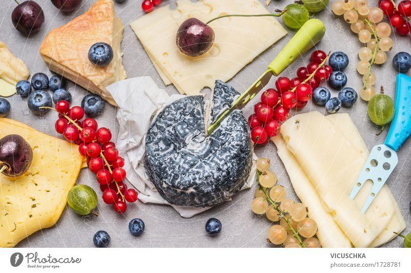 Käseplatte mit frischen Beeren Lebensmittel Ernährung Frühstück Mittagessen Festessen Messer Stil Design Gesunde Ernährung Tisch Restaurant breakfast