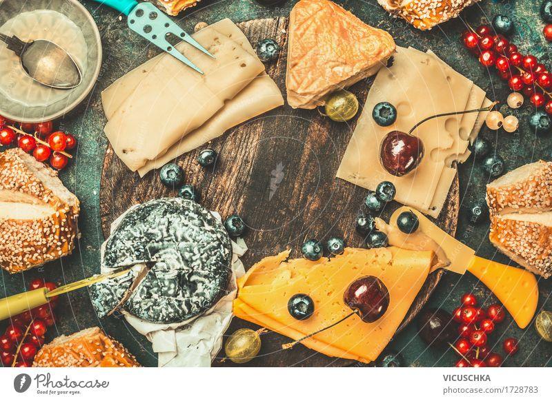 Käse mit Messer, verschiedenen Beeren und Brötchen Lebensmittel Frucht Ernährung Frühstück Büffet Brunch Stil Design Tisch Kanapee Snack Käsebrot Käsemesser