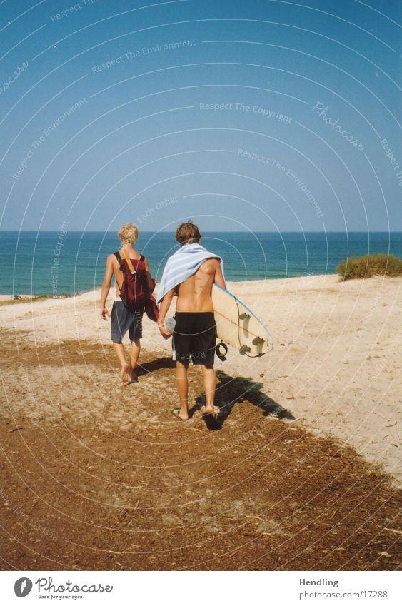 Die Wellen warten, wann sind wir da?!? Surfen Europa Ab zum Strand Yo und Duffy sind auf dem Weg zu den Wellen ab ins kühle Nass