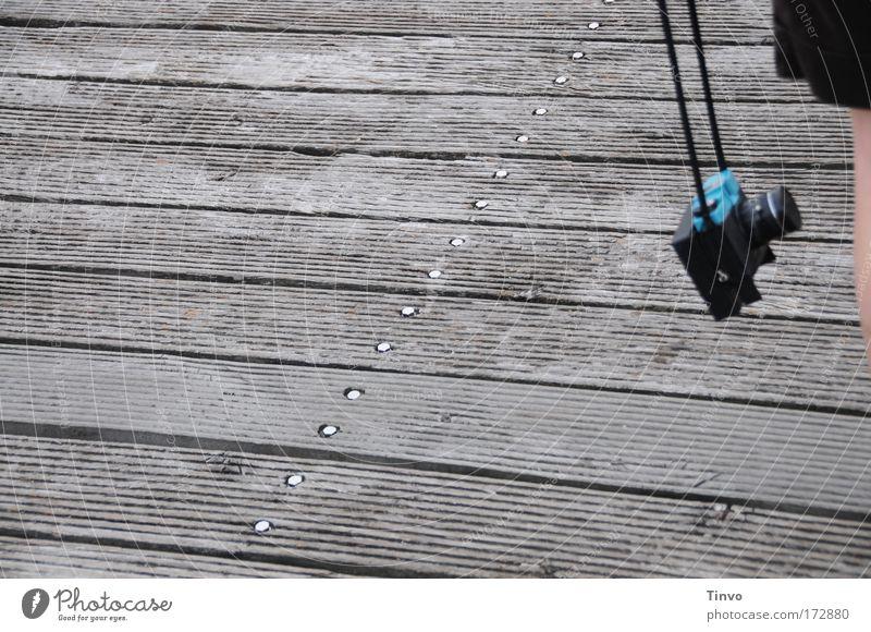 [KI09.1] easy-going schwarz Erholung Bewegung Holz Beine Zufriedenheit Zusammensein gehen Ausflug Spaziergang Freizeit & Hobby Fotokamera beobachten außergewöhnlich Gelassenheit