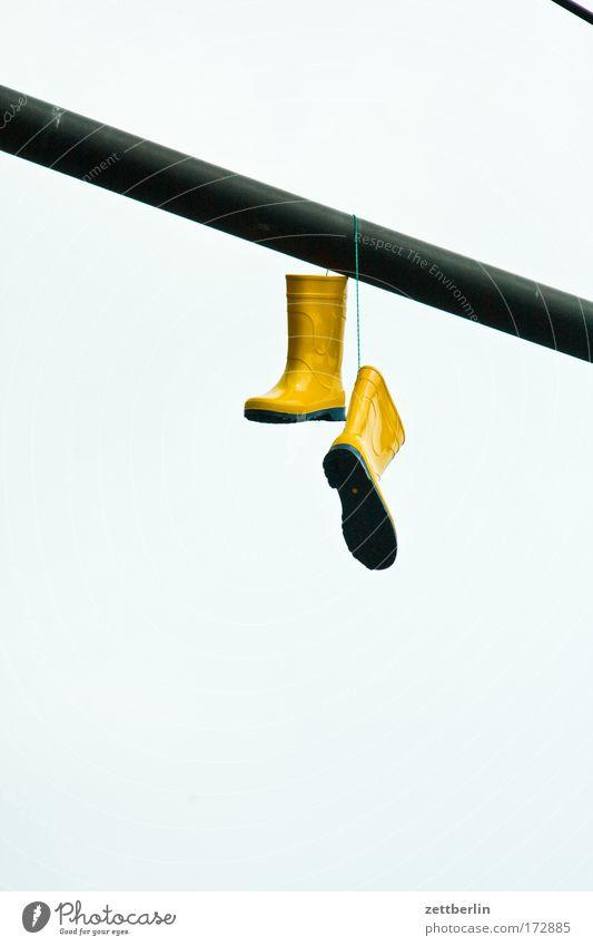Gummistiefel Himmel Erholung Schuhe Mode paarweise Bekleidung Schutz Stiefel Wasserfahrzeug hängen Strommast Fahnenmast Mast aufhängen Telefonmast
