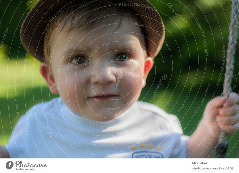 schaukeln Kleinkind Junge Bruder Kindheit 1 Mensch 1-3 Jahre beobachten Lächeln Sohn Hut Wärme Sommer Sommerurlaub Schaukel Spielen spielend blond schwitzend