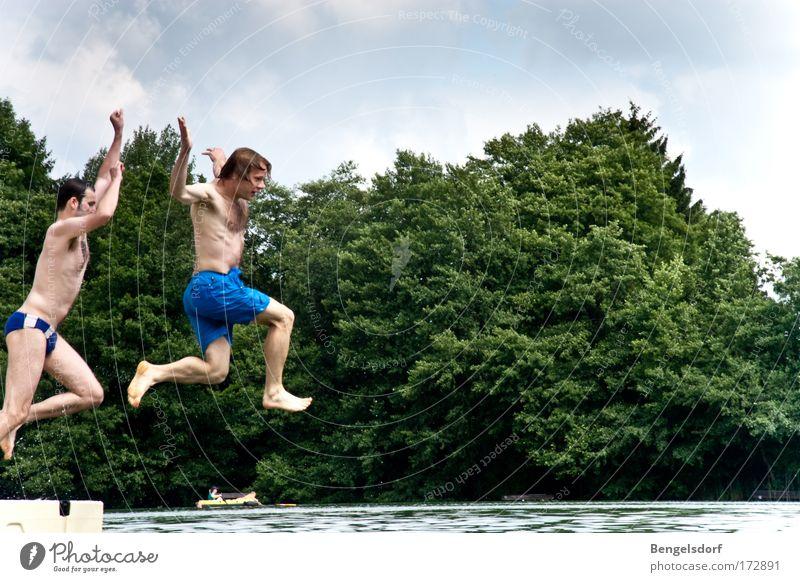 Turmspringen für Anfänger Mensch Natur Jugendliche Baum Ferien & Urlaub & Reisen Sommer Freude Ferne Freiheit Glück Freundschaft Rücken Schwimmen & Baden Ausflug Fröhlichkeit Brust