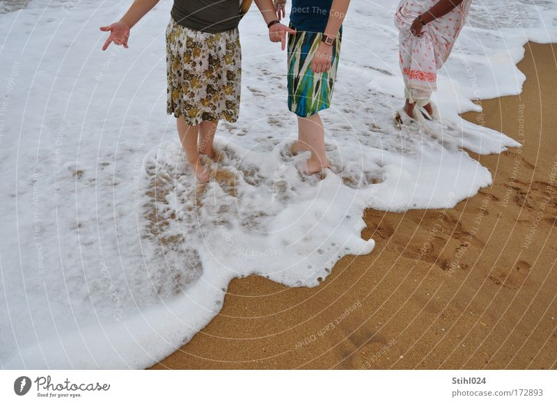 internationale Bademode Mensch Frau Jugendliche schön Ferien & Urlaub & Reisen Meer Strand Erwachsene Wärme Glück Beine Fuß Zusammensein Wellen