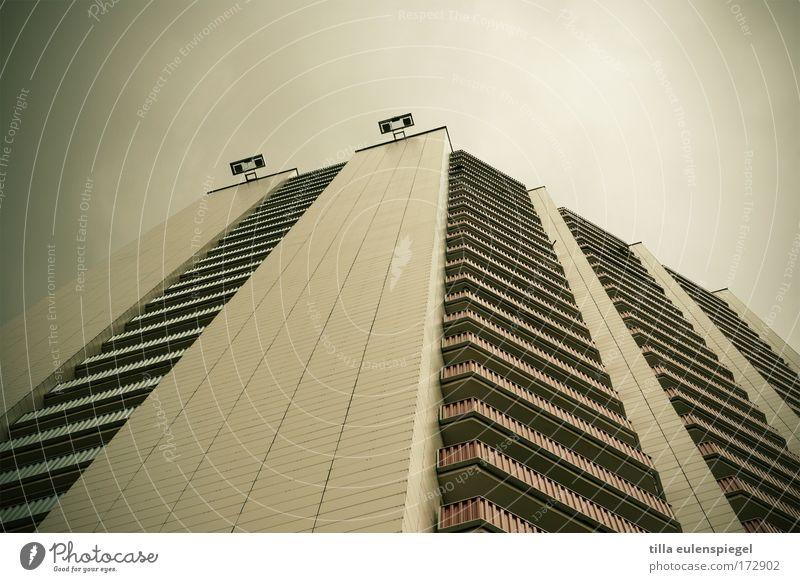 wintergarten Stadt Haus dunkel grau Fassade hoch groß Hochhaus trist bedrohlich Balkon Leipzig Plattenbau Fortschritt