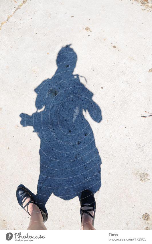 Schattenfotografin Frau Mensch Straße feminin Wege & Pfade Erwachsene Fuß Schuhe stehen einzigartig Konzentration entdecken Fotografieren Landebahn