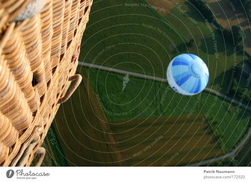Überflugmanöver Himmel Natur blau weiß grün Ferne Landschaft Wiese oben Bewegung Freiheit Feld Angst Freizeit & Hobby groß hoch