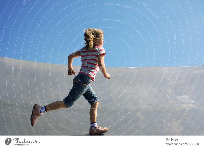 run around Mädchen Kind Freude Sport Spielen Bewegung Glück Beine Zufriedenheit Arme laufen rennen Geschwindigkeit Fröhlichkeit Ziel fangen