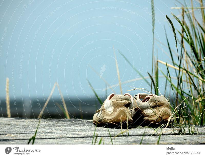 400 - Traum vom Sommer blau Ferien & Urlaub & Reisen Meer Strand ruhig Erholung Holz Gras Küste See Horizont Zufriedenheit Schuhe warten stehen